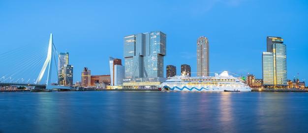 Panorama widok rotterdam miasta linia horyzontu z erasmus mostem w rotterdam, holandie Premium Zdjęcia