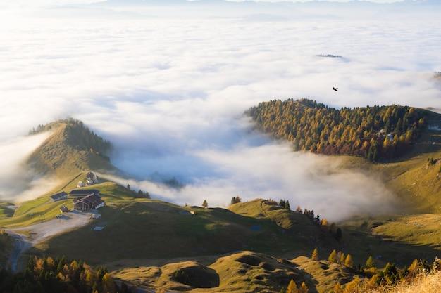 Panorama Z Włoskich Alp, Dywan Chmur I Szczytów. Top Górski Krajobraz Premium Zdjęcia