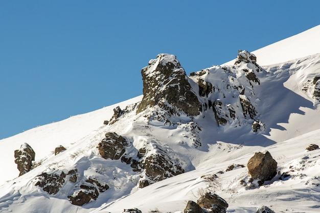 Panorama Zimowego Krajobrazu. śnieg Kulił Góry Po śniegu. Premium Zdjęcia