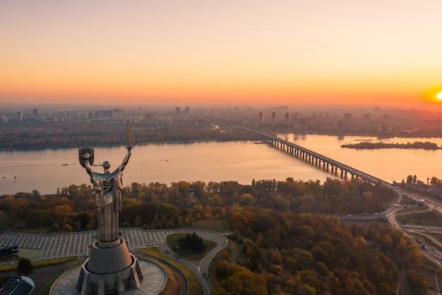 Panoramę Kijowa Na Piękny Zachód Słońca Ognisty, Ukraina. Pomnik Ojczyzny. Darmowe Zdjęcia