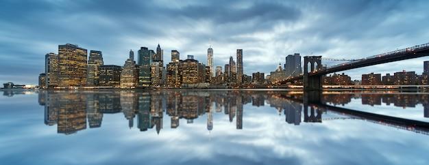 Panoramę Nowego Jorku Z Miejskimi Drapaczami Chmur O Zachodzie Słońca, Usa. Premium Zdjęcia