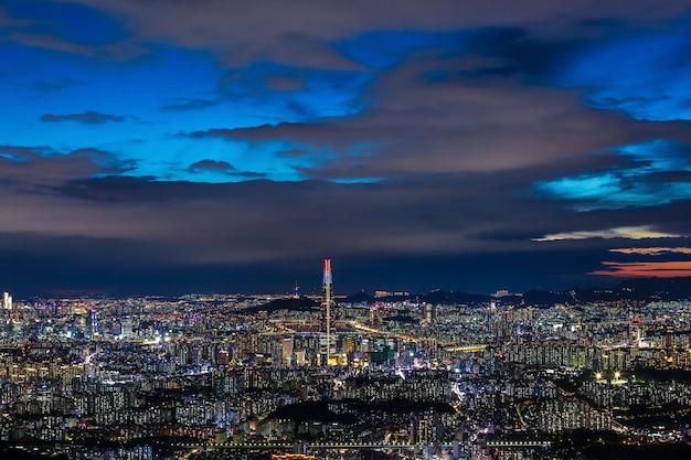 Panoramę Seulu I Centrum Miasta Oraz Wieżowiec Nocą Premium Zdjęcia