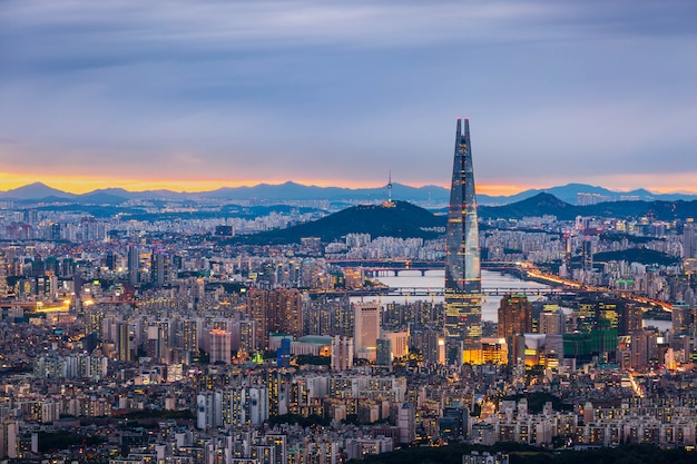 Panoramę Seulu I Centrum Miasta Oraz Wieżowiec O Zmierzchu Premium Zdjęcia