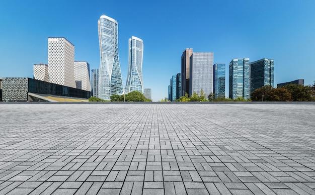 Panoramiczna linia horyzontu i budynki z pustą betonową kwadratową podłoga Premium Zdjęcia