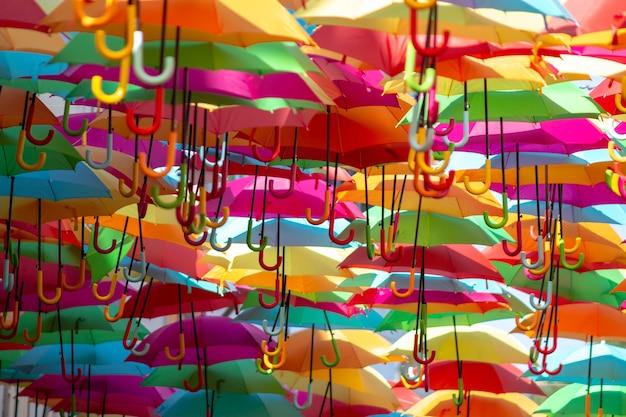 Panoramiczne Ujęcie Morza Kolorowych Wiszących Parasoli Darmowe Zdjęcia