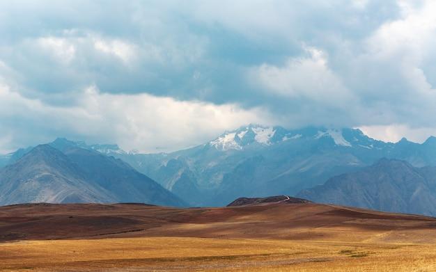 Panoramiczne Ujęcie Równiny Z Górami Dotykającymi Nieba Darmowe Zdjęcia