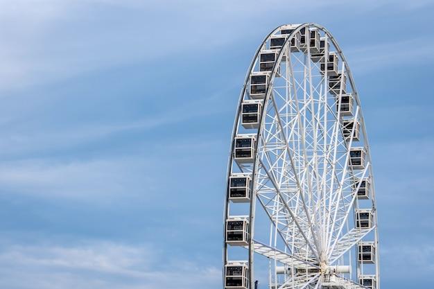 Panoramiczny koło na bławym niebie Premium Zdjęcia