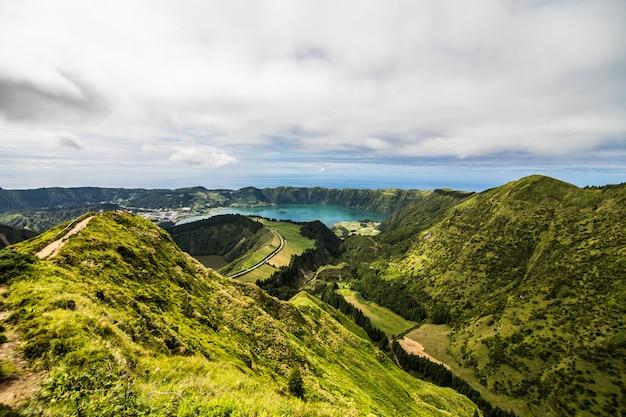 Panoramiczny Krajobraz Z Widokiem Na Trzy Niesamowite Stawy, Lagoa De Santiago, Rasa I Lagoa Azul, Lagoa Seven Cities. Azory Są Jednym Z Głównych Ośrodków Turystycznych Portugalii Darmowe Zdjęcia