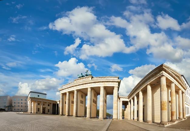 Panoramiczny obraz bramy brandenburskiej w berlinie, w niemczech, w jasny dzień Premium Zdjęcia