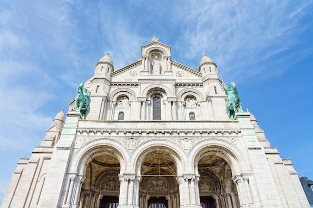 Panoramiczny widok bazylika święty serce paryż z błękitnym chmurnym niebem w tle Premium Zdjęcia