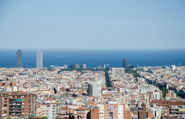 Panoramiczny Widok Na Barcelonę Od Parku Guell W Letni Dzień W Hiszpanii. Odgórny Widok Malowniczy Barcelona Pejzaż Miejski W Słonecznym Dniu. Premium Zdjęcia
