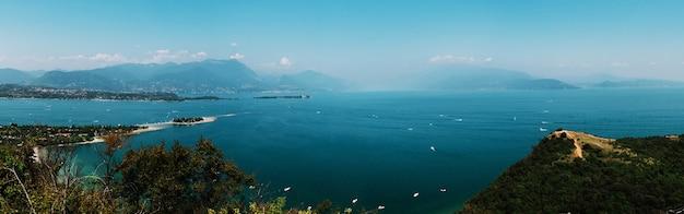 Panoramiczny Widok Na Jezioro Garda, Włochy, Słaba Widoczność Premium Zdjęcia