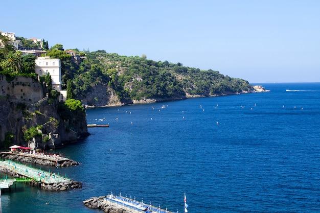Panoramiczny Widok Na Miasto I Morze W Słoneczny Dzień. Włochy. Premium Zdjęcia