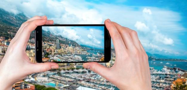 Panoramiczny Widok Na Monte Carlo, Monako. Turysta Robi Zdjęcie Premium Zdjęcia