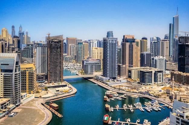 Panoramiczny Widok Na Nowoczesne Miasto Dubaj. Premium Zdjęcia