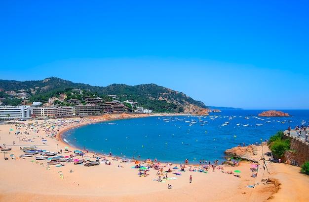 Panoramiczny Widok Na Plażę W Tossa De Mar. Costa Brava, Katalonia, Hiszpania Premium Zdjęcia