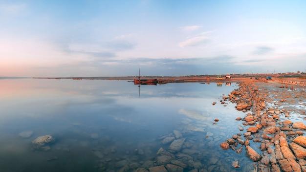 Panoramiczny Widok Na Słone Jezioro O Zachodzie Słońca Premium Zdjęcia