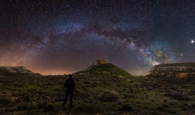 Panoramiczny Widok Nocny Krajobraz Z łukiem Droga Mleczna W Hiszpania Premium Zdjęcia
