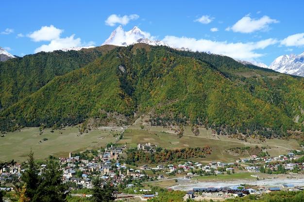 Panoramiczny Widok Z Lotu Ptaka Mestia Przegapiony Górą Ushba, Svaneti Region, Gruzja Premium Zdjęcia
