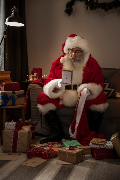 Papa noel przygotowuje prezenty dla dobrych dzieci Darmowe Zdjęcia