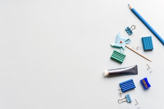 Papeteria Na Niebieskim Tle. Nożyczki, Ołówki I Plastelina, Przedmioty Kreatywności. Skopiuj Miejsce Premium Zdjęcia
