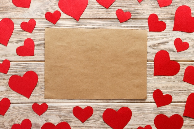 Papier Do Rękodzieła Otoczony Czerwonymi Papierowymi Sercami Premium Zdjęcia