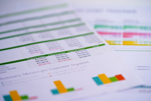 Papier stołowy w arkuszu kalkulacyjnym na stole. Premium Zdjęcia