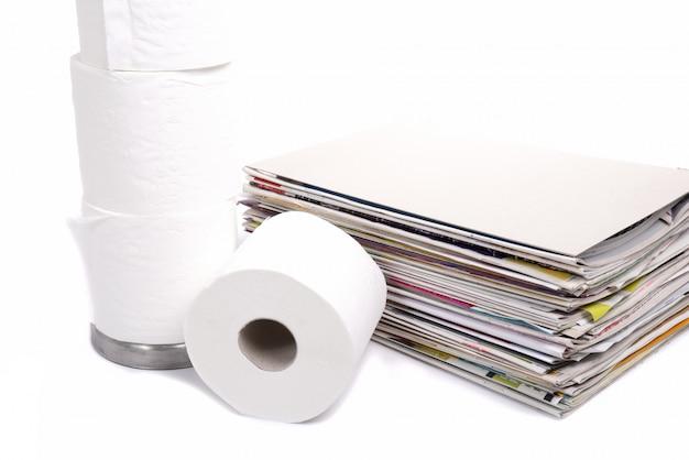 Papier toaletowy i stos czasopism Premium Zdjęcia