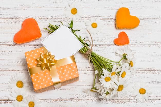 Papier w pobliżu, bukiet kwiatów i ozdobne serca Darmowe Zdjęcia