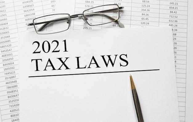 Papier Z Ustawami Podatkowymi 2021 Na Stole Premium Zdjęcia