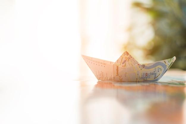 Papierowa łódź na pogodnym tle Darmowe Zdjęcia