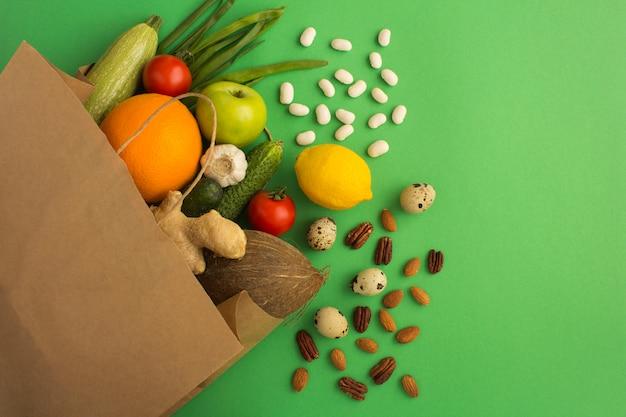 Papierowa Torba Warzyw I Owoców Na Zielono. Widok Z Góry. Premium Zdjęcia