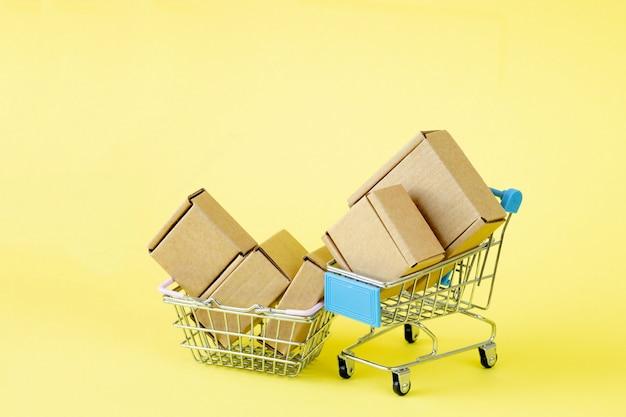 Papierowe Torby Na Zakupy W Koszyku Na żółto Premium Zdjęcia