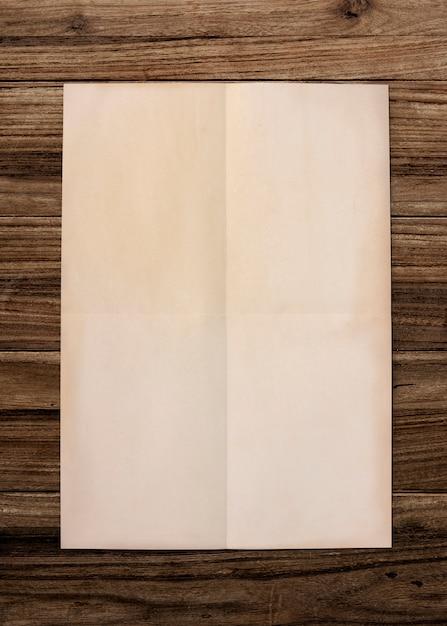 Papierowy makieta na drewnianym tle Darmowe Zdjęcia