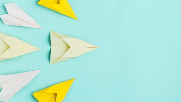 Papierowy Samolot Ustawiający Z Przestrzenią Premium Zdjęcia