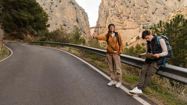 Para Autostopem Na Samochód Darmowe Zdjęcia