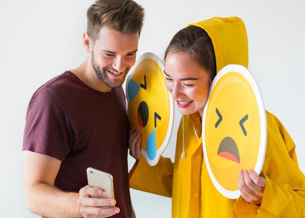 Para bierze selfie z emojis Darmowe Zdjęcia