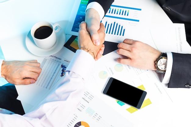 Para biznesmenów pracujących razem na jakiś temat biznesowy Premium Zdjęcia
