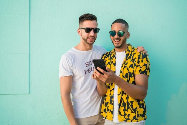 Para Gejów Spędzać Czas Razem Podczas Korzystania Z Telefonu. Premium Zdjęcia