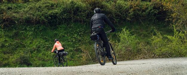 Para Jedzie Bicykle Na Zewnątrz Szerokiego Widoku Premium Zdjęcia