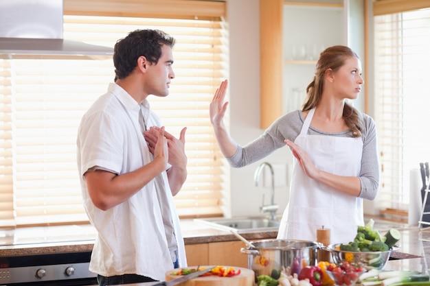 Para kłóci się w kuchni Premium Zdjęcia