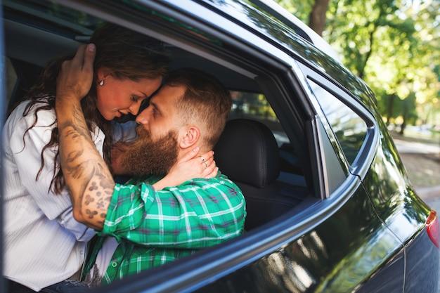 Para Kochać Się W Samochodzie. Premium Zdjęcia