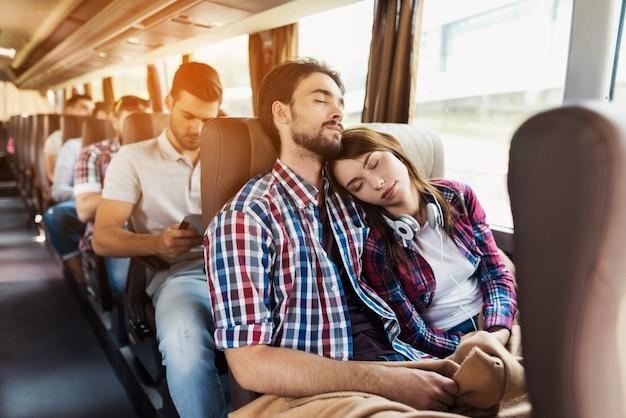 Para kochanków śpi w nowoczesnej podróży autobusem. Premium Zdjęcia