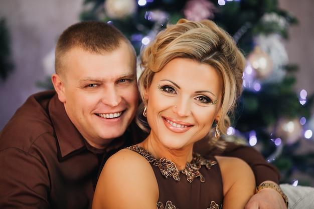 Para Mężczyzna I Kobieta Poza Choinką Premium Zdjęcia