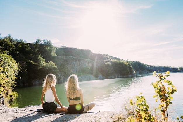 Para Młodych Lesbijek Bawi Się Nad Rzeką W Słoneczny Dzień Darmowe Zdjęcia