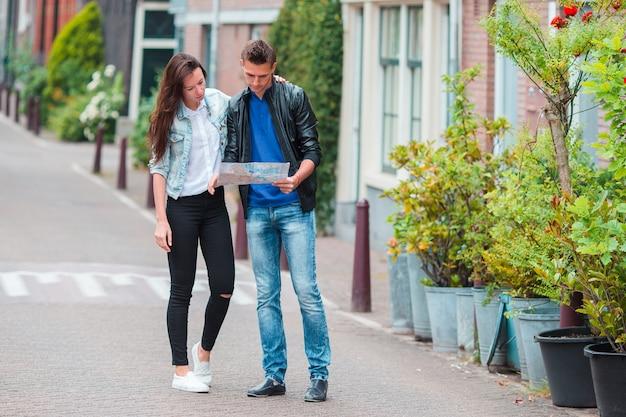 Para młodych turystów, patrząc na mapę w europejskim mieście Premium Zdjęcia