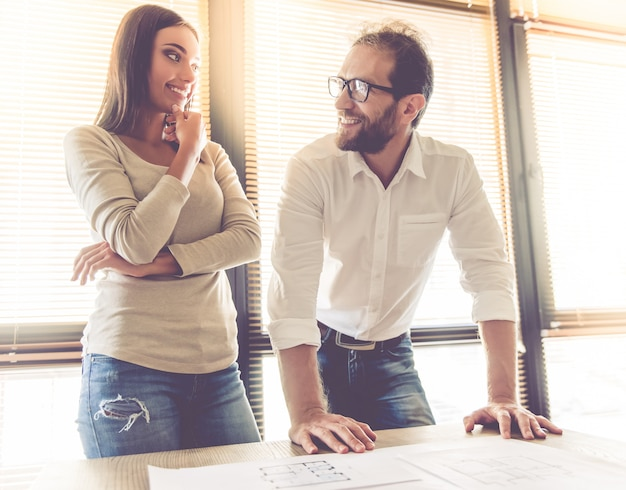 Para mówi i uśmiecha się podczas pracy w biurze Premium Zdjęcia