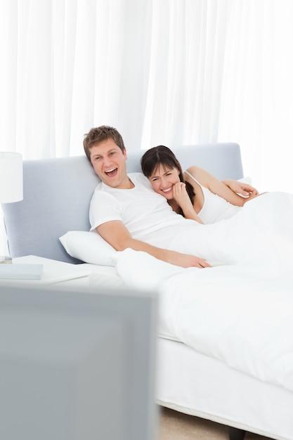 Para Ogląda Tv W Ich łóżku Premium Zdjęcia