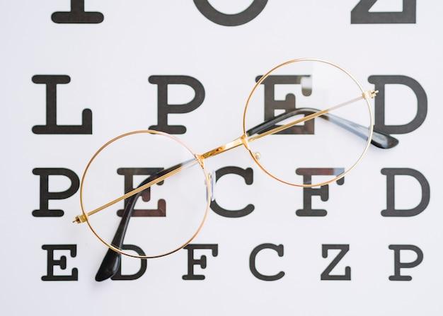 Para okrągłych okularów ze złotą ramką i pustym miejscem do testowania Darmowe Zdjęcia