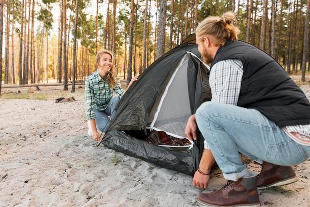 Para Organizuje Namiot W Widoku Z Boku Przyrody Premium Zdjęcia